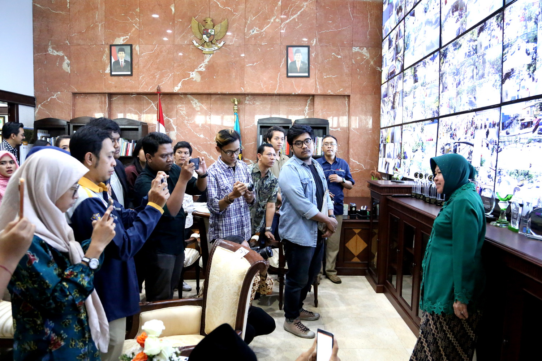 Bu Risma menunjukkan ruang kerjanya yang berisikan penghargaan-penghargaan yang diterima kota Surabaya | Sumber: Kabar Progresif