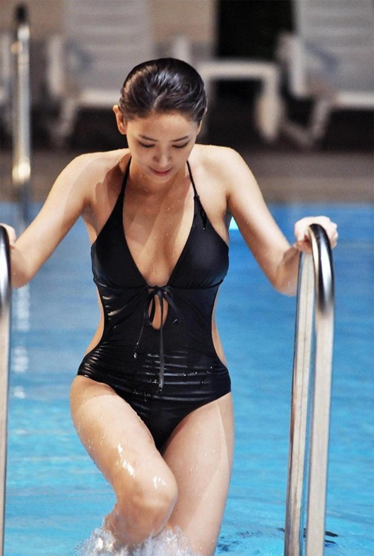 Choo Soo Hyun / Chu Su Hyeon (추수현) having a swim in her black swimsuit.