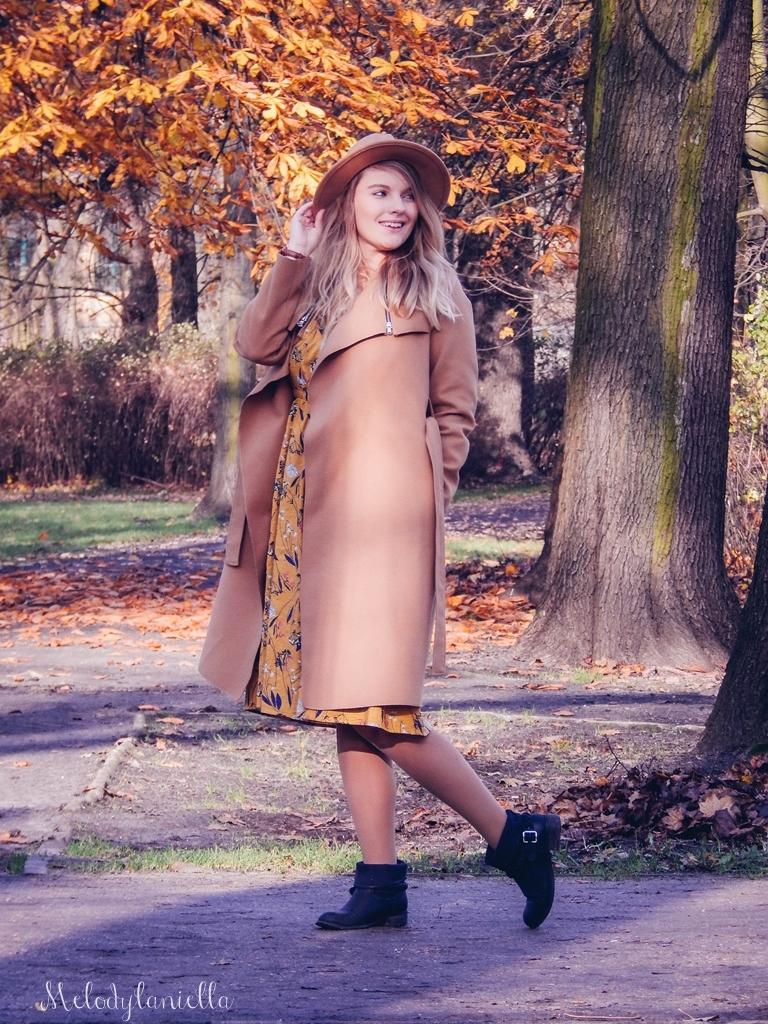 8 beżowy wiązany płaszcz na jesień wiosnę zimę beżowy kapelusz jak nosić kapelusz sukienka na jesień żółta w kwiaty zegarek daniel wellington kod rabatowy promocje rosegal zaful opinie moda fashion blogerka łódź