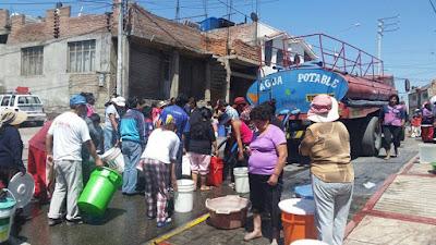A população peruana busca água potável após a ocorrência de mais um desastre provocado pelo El Niño.