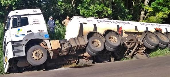 Manoel Ribas: Motorista perde o controle e caminhão tomba na PR-487
