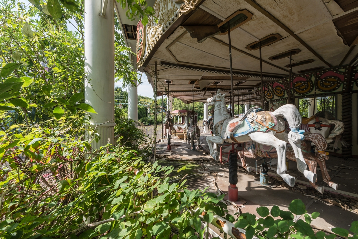 02-Carousel-Horses-Photographs-of-Abandoned-Amusement-Park-Nara-Dreamland-in-Japan-www-designstack-co