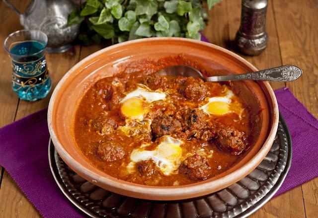 marokańskie klopsiki w sosie pomidorowym z jajkiem