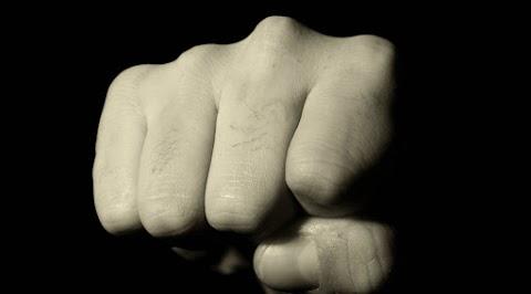 Négyen egy ellen Nyíregyházán: 2 férfi és 2 nő közös erővel juttatták kórházba a férfit