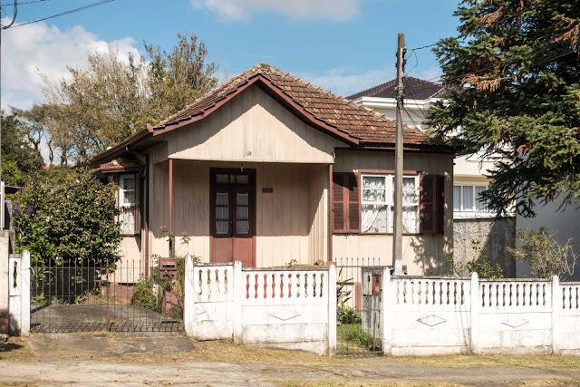 Uma casa de madeira com bay window
