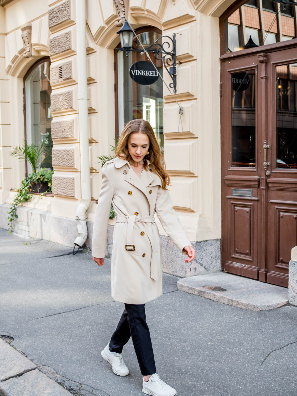 fashion-blogger-streetstyle-helsinki-scandinavia-minimal-chic-outfit-autumn-trench-coat