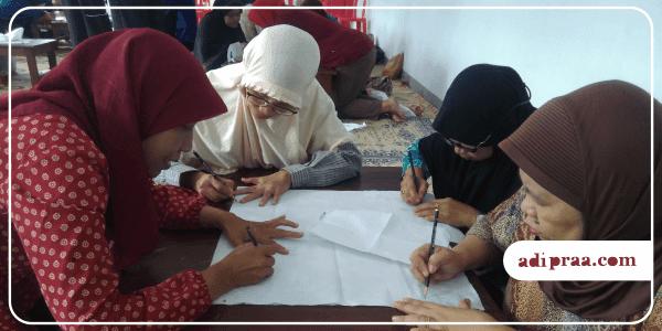 Ibu-Ibu PKK RT. 08 Antusias Belajar Batik Tulis | adipraa.com