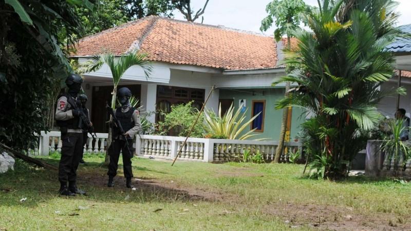 Polisi berjaga disekitar area rumah terduga teroris di Setu, Tangerang