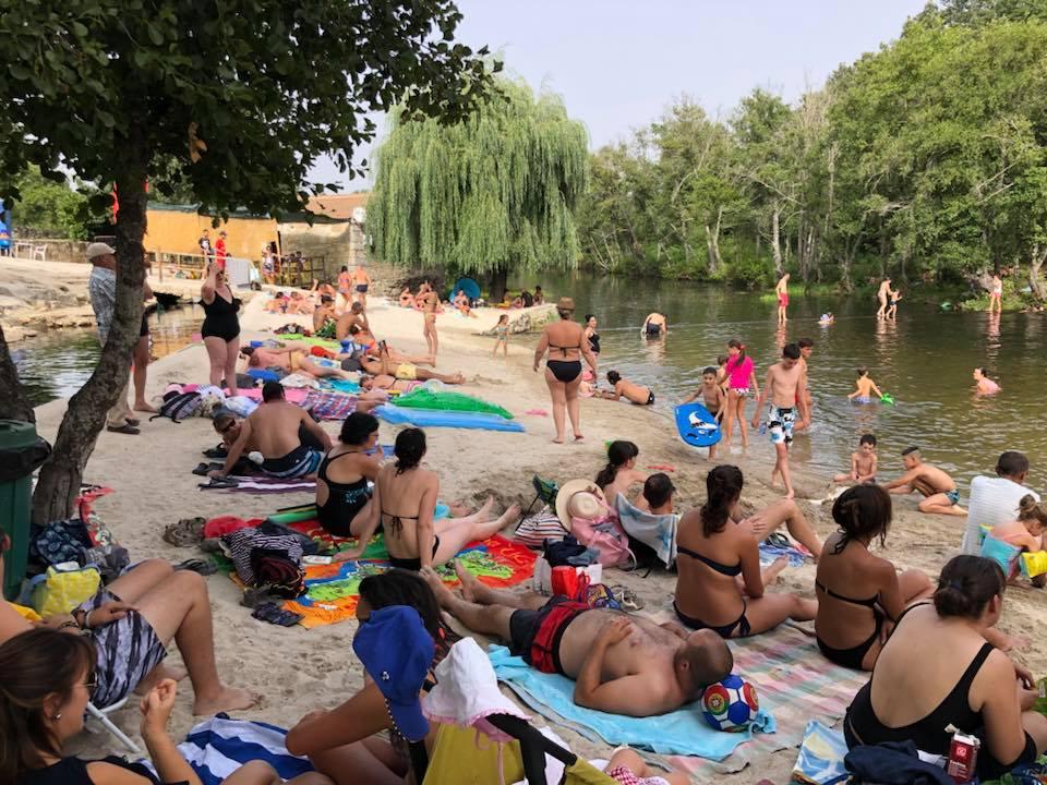 Banhistas a tomar banho no Rio Côa