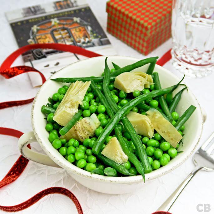 Feestelijke groentemelange van haricots verts, artisjokkenharten en erwtjes