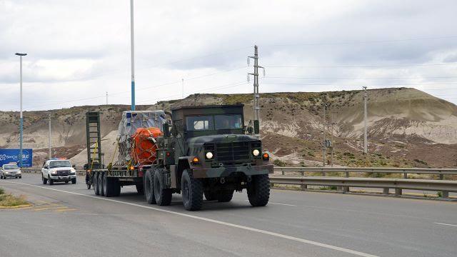 Camión tractor M-931A2 del Ejército durante traslado de carga entre el aeropuerto y el puerto de Comodoro Rivadavia. Imagen: Ejército Argentino