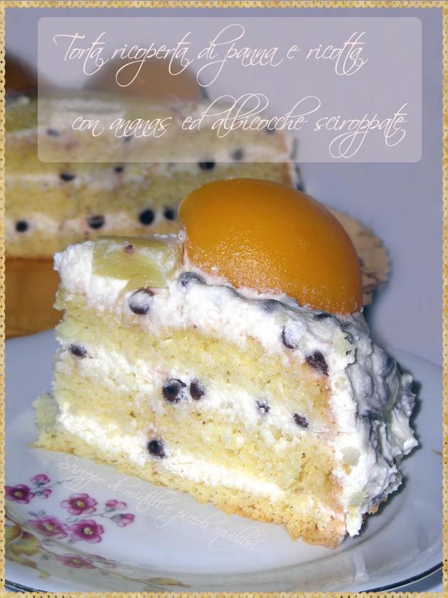 Torta ricoperta di panna e ricotta con ananas ed albicocche sciroppate