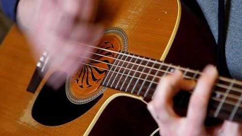 teknik dasar bermain gitar