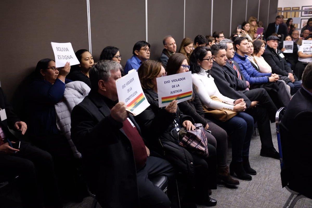 Ciudadanos presentes en la CIDH con carteles de rechazo al régimen de Morales Ayma / CIDH.ORG