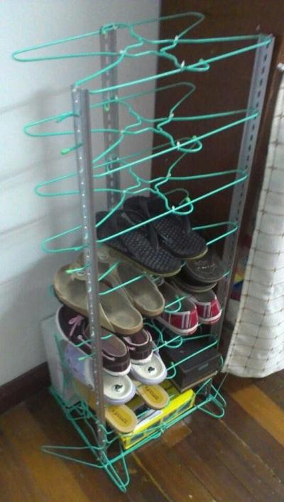 Buat rak sepatu dari hanger bekas