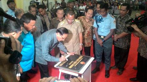 Penandatanganan Prasasti Gedung Rusunawa SMAN 1 Matauli Pandan  oleh Dr. Ir. H. Akbar Tanjung