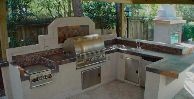 летняя кухня под навесом из поликарбоната