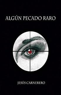 Portada de la novela Algún pecado raro de Jesús Carnerero, con fondo negro y un ojo que se ve a través de una mira de francotirador.