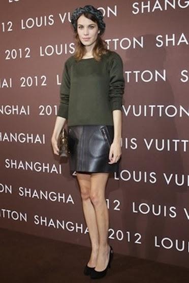 street style minifalda cuero Alexa Chung
