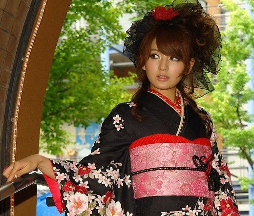 2b47e264e Para além da moda ocidental, uma das outras razões para a diminuição do uso  do kimono, é o custo, pois existem peças de seda que podem custar mais de 8  mil ...