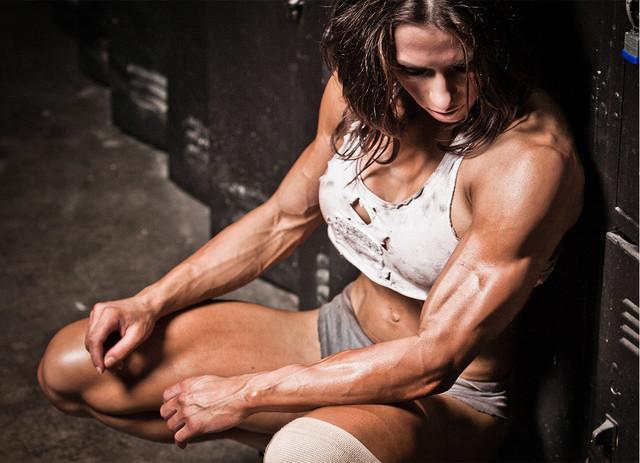 mulher cansada e suada depois do treino