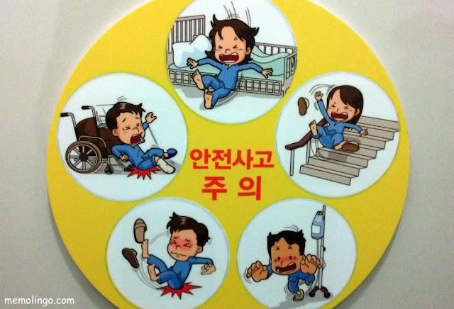 Cartel en coreano sobre el peligro de accidentes en un hospital de Seúl