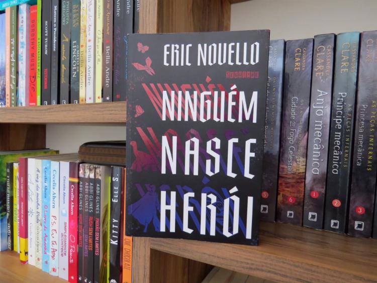 ninguem-nasce-heroi-eric-novello-editora-seguinte-distopia-literatura-para-todos-gostos-6-livros-nacionais-que-voce-precisa-conhecer-mademoisellelovesbooks