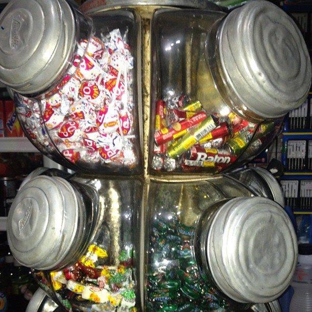 ... destes frascos com rebuçados nas mercearias