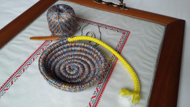 Cuenco a medio tejer en el que se puede ver la cuerda que va dentro
