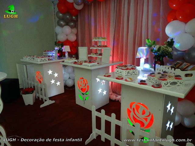 Festa decorada em mesa temática de aniversário tema flores de rosas - Festa de adultos
