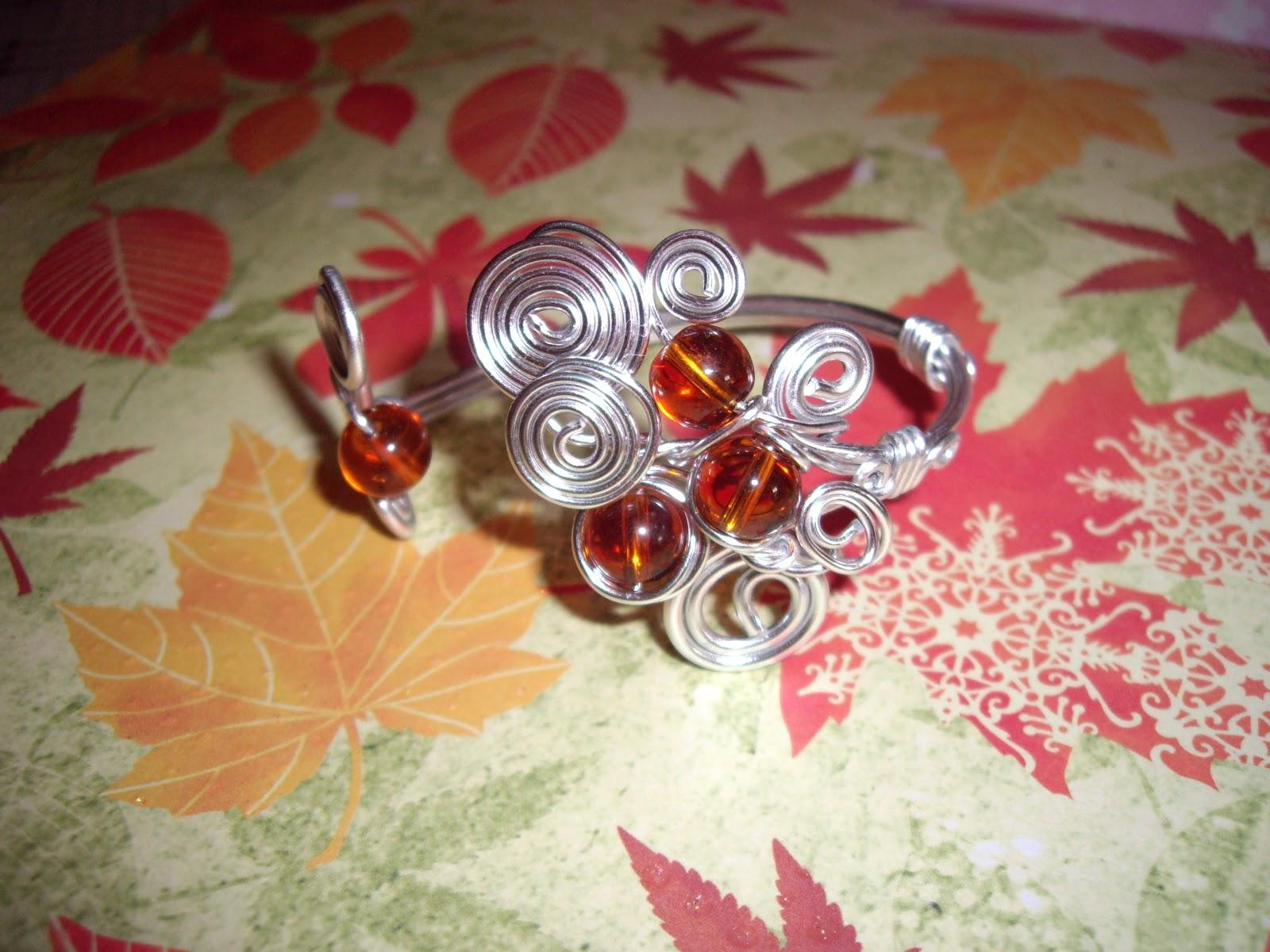 25460aa97d05 Pulsera realizada en hilo mágico (aluminio) color plata con cuentas de  cristal color ambar. la pulsera es tipo brazalete y se adapta al contorno  de la ...