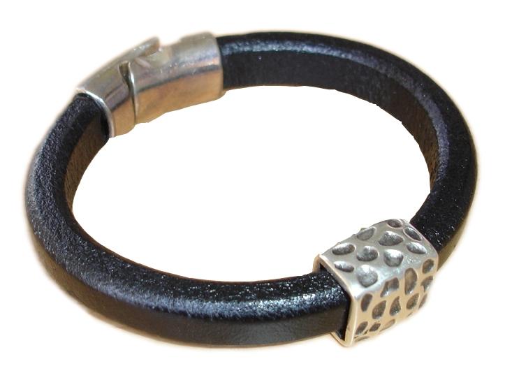 Αντρικό δερμάτινο βραχιόλι με μεταλλικά στοιχεία και κούμπωμα 893b34e300b