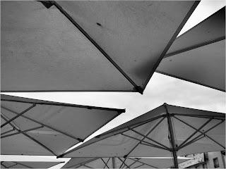 fotografia e perspetiva: os toldos das esplanadas formando geometrias e deixando entrever o céu
