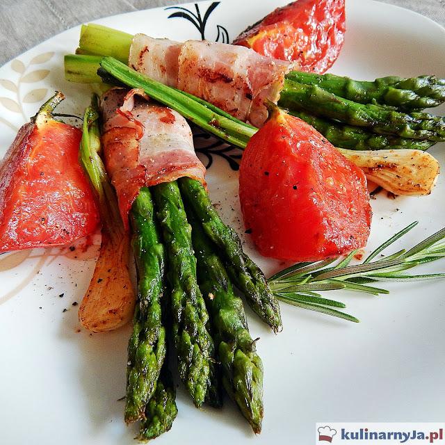 Szparagi w boczku z pomidorami i rozmarynem