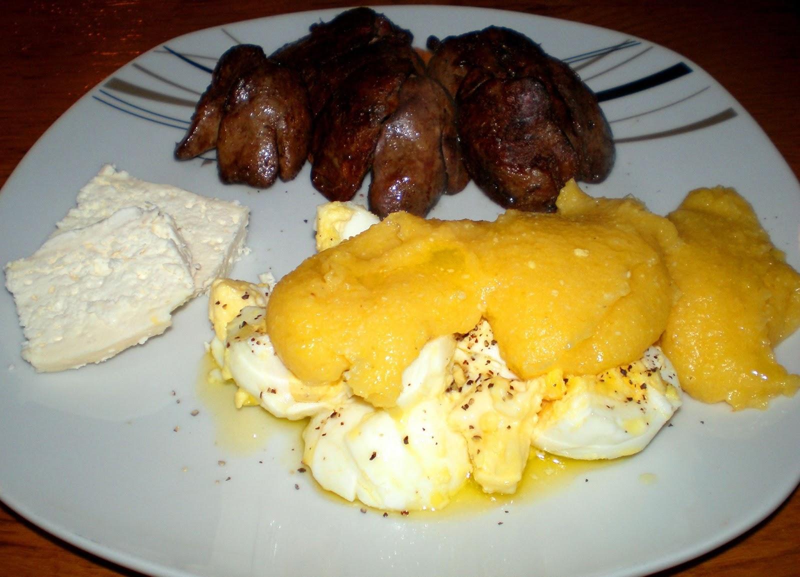 Ficăței la tigaie, mămăliguță cu unt și ouă