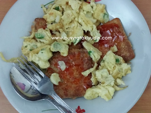 Telur goreng dan Roti Pat Segi Hup Seng buat supper!