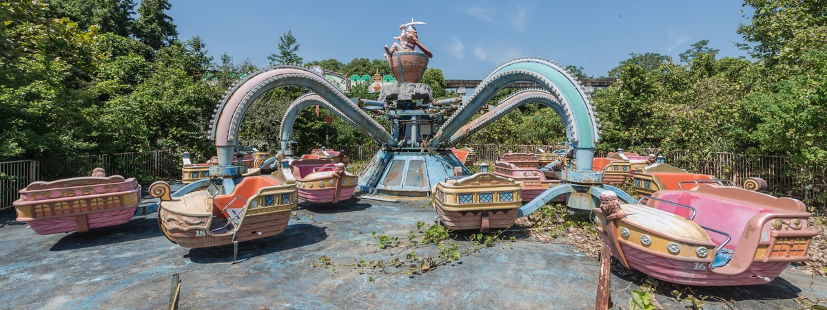11-The-Octopus-and-Ships-Ride-Photographs-of-Abandoned-Amusement-Park-Nara-Dreamland-in-Japan-www-designstack-co