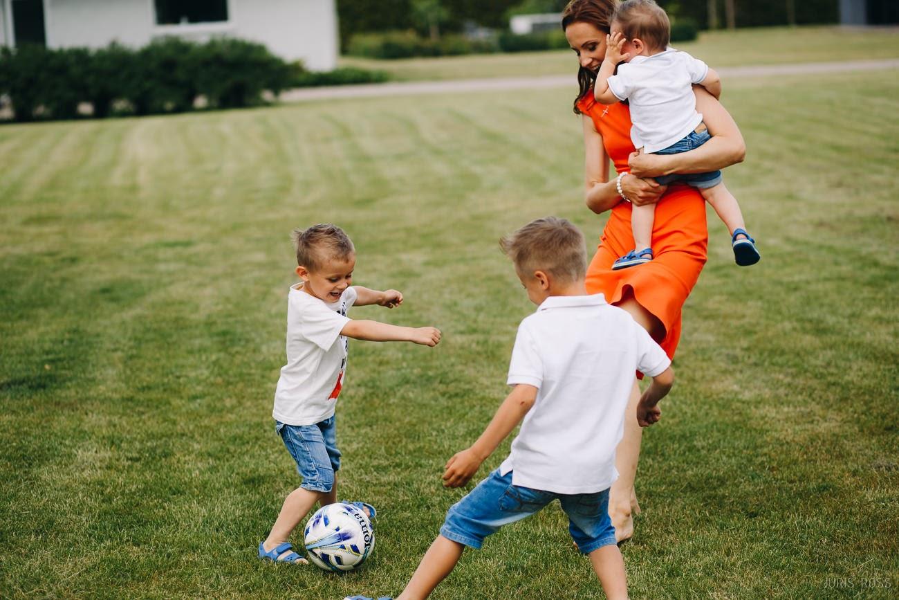 ģimenes kopīgas spēles ar mammu