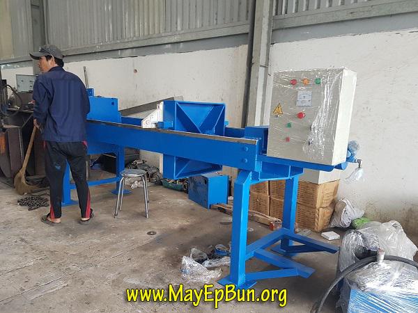 Một chiếc máy ép bùn Việt Nam dạng khung bản, vải lọc đang được kỹ thuật lắp ráp hoàn thiện