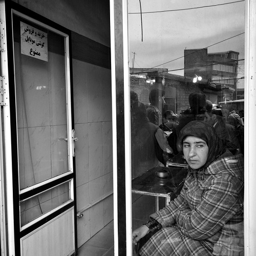 "Foto por Ako Salemi - Young cafe - woman Kurdistan - Bukan - serie ""Iran from my Phone"" 