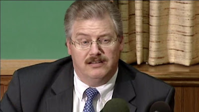 picture of Ken Kratz giving a news conference