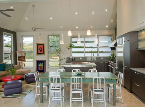 Dapur dengan hiasan lampu dan banyak kaca jendela