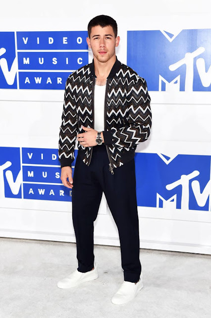 nick jonas vma look Os Looks Masculinos do VMA 2016