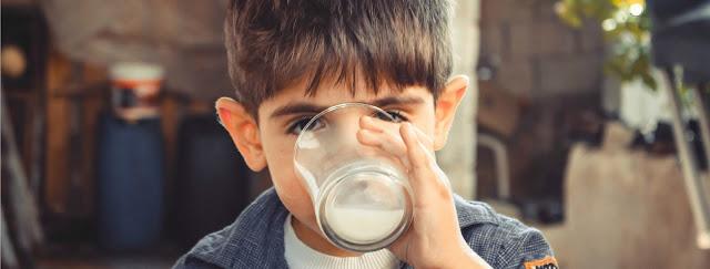 enfant buvant lait