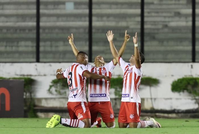 Jogadores do Bangu comemoram vitória contra o Vasco da Gama no S. Januário  (Foto  O Dia) 75cf6684500e0