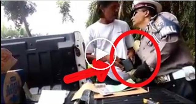 Polisi Rogoh Kantung Celana Pengemudi yang Ditilang Demi Recehan