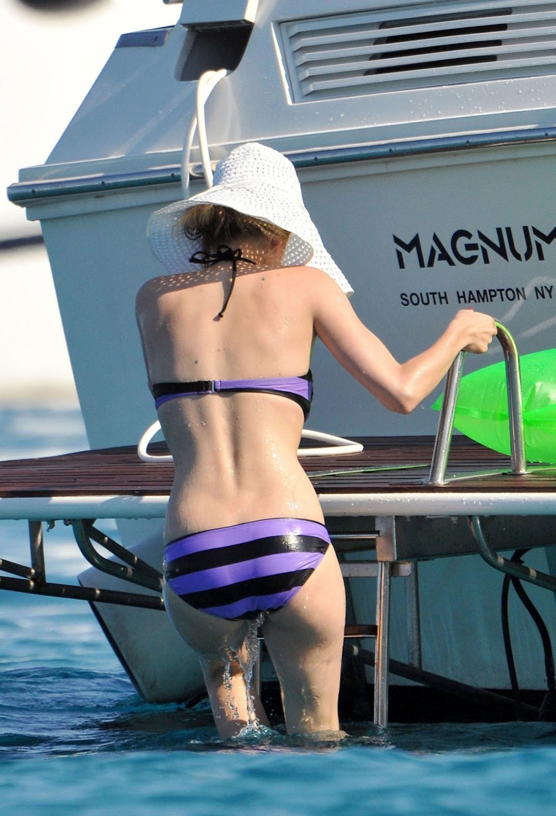 Avril Lavigne: Avril Lavigne swimsuit
