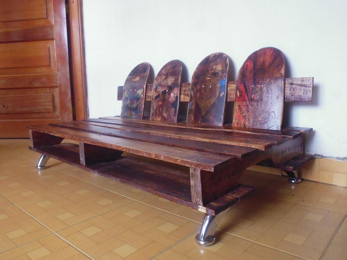 sofa realizado con palets reciclados y tablas de skateboard