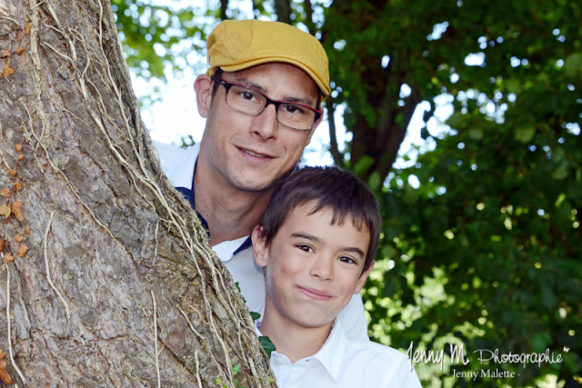 portrait enfant papa photo cachés derrière l'arbre