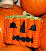 http://translate.google.es/translate?hl=es&sl=en&tl=es&u=http%3A%2F%2Fspiderlingdreams.blogspot.com.es%2F2012%2F10%2Ffree-jack-o-lantern-coin-purse-pattern.html